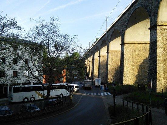 Youth Hostel Luxembourg City: Мост рядом тоже впечатляет
