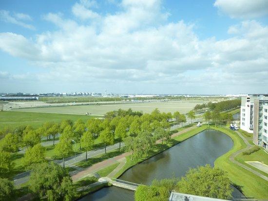 Radisson Blu Hotel Amsterdam Airport: 部屋から空港方面の景色