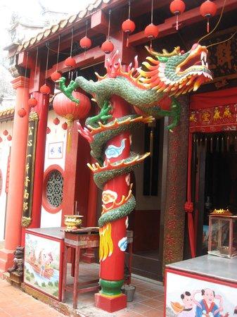 Chinatown - Melaka: Dragons guard a buddhist temple