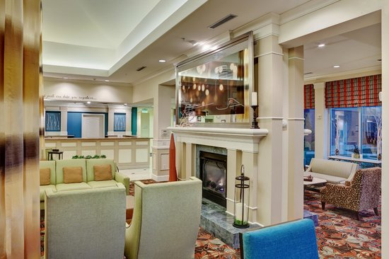 Hilton Garden Inn Tri-Cities/Kennewick: Relax by the fireplace in our stunning lobby