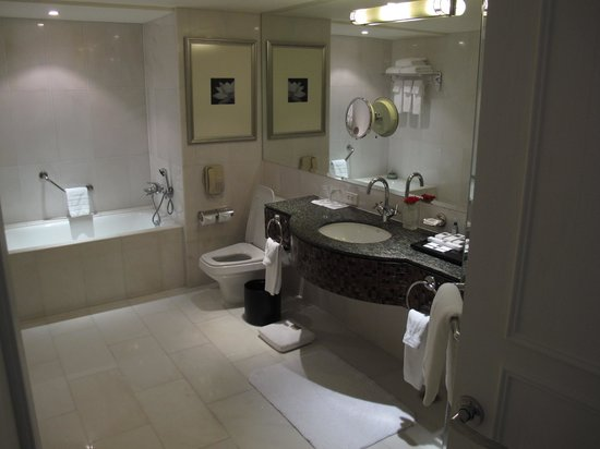 JW Marriott Hotel Bangkok: strangely spacious bathroom