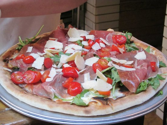 Foods of New York Tours: Emporio's prosciutto and fresh arugula pizza