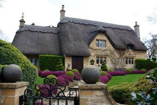 Kooky Cotswold Tours: Fairy tale thatch-roofed house in the Cotswolds.