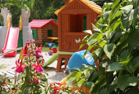 Bed & Breakfast Raffaelli Villino Limoni: nel giardino il parco giochi per i più piccoli