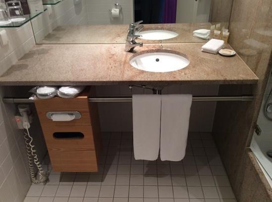 Pullman Berlin Schweizerhof: bathroom
