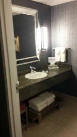 Kinzie Hotel: Bathroom with great lighting and space for 3 girls to get ready at the same time!
