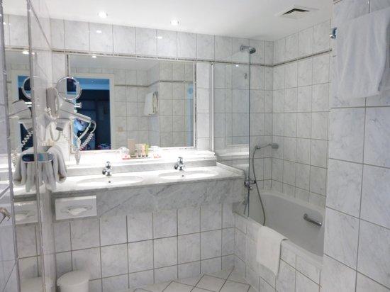 Thon Hotel Bristol Stephanie : 二つある洗面台