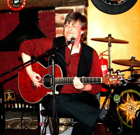 Hawthorns Hotel, Bar and Restaurant: My son-in-law Simon at the open mic session