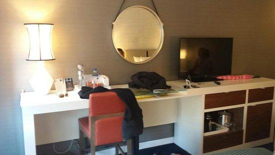 Kinzie Hotel: Neat desk area, very modern!