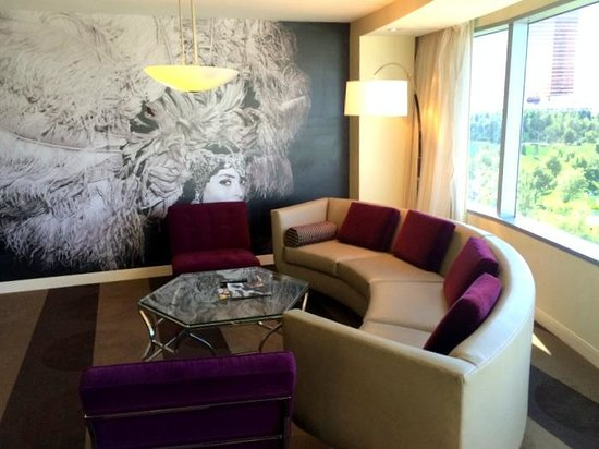 Renaissance Las Vegas Hotel : Living room
