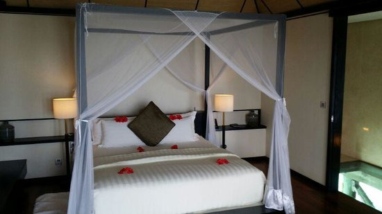 Lily Beach Resort & Spa : comfortable king sized bed with welcome decor
