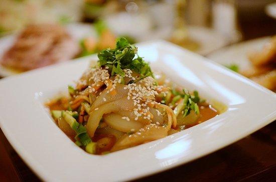 Hausgemachte Nudelsalat Aus Grünenbohnenmehl Mit Sesampasta Bild