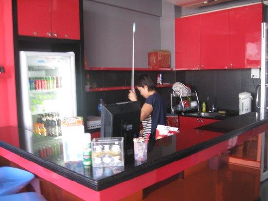 ETZzz Hostel : Lounge area kitchen.