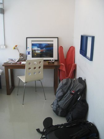 ETZzz Hostel : Room - our desk and clothing storage.
