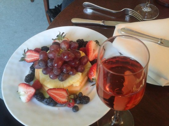 The Mayflower Grace: Fruits and champagne on arrival, what else ? :)