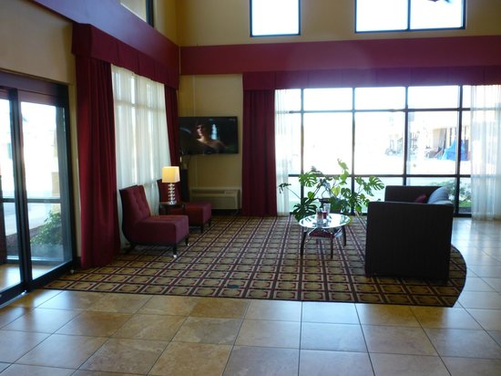Comfort Suites Gulfport: Attractive lobby