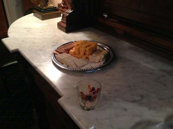 Monmouth Historic Inn & Gardens Natchez: Free cheese and crackers