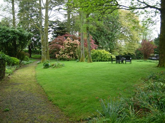 Rothay Manor Hotel: PATH THROUGH THE GARDEN