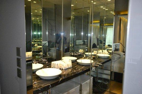99 Bonham All Suite Hotel: Bathroom