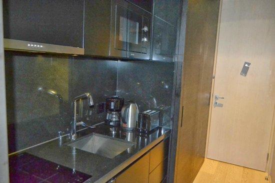 99 Bonham All Suite Hotel: Kitchen, door slides to cover kitchen and reveal wardrobe