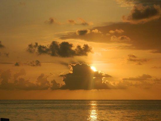 Grand Pineapple Beach Negril: Sunset on the beach