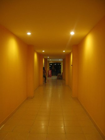 Buddha Lounge: Hallway.