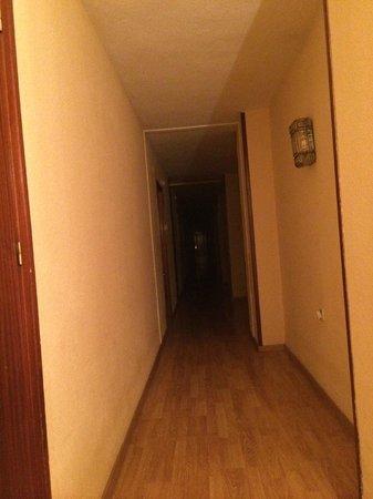 Aben Humeya Hotel: 反応の遅い人感センサー付き照明