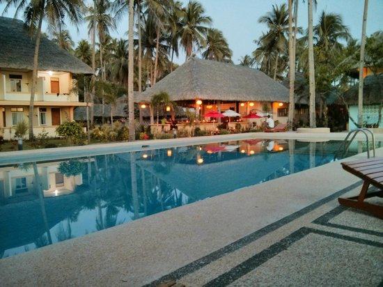 Vitton & Woodland Beach Resorts: Pool, looking onto restaurant