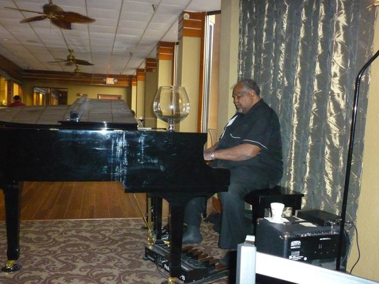 Quality Inn & Suites: Bistro piano player - excellent!