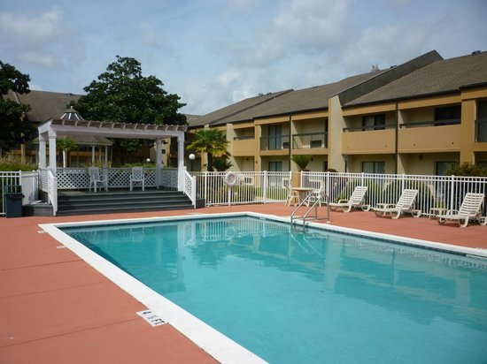 Quality Inn & Suites: Protected pool area