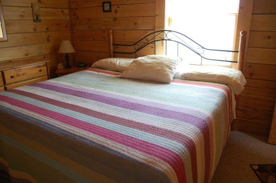 Country Road Cabins: King bedroom