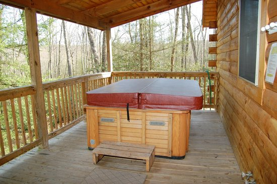 Country Road Cabins: Hot tub