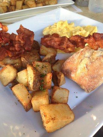 Cafe Bastille : Scrambled eggs w/french bread