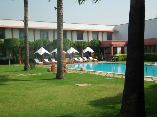 Trident, Agra: The garden and pool