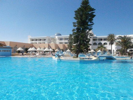 Ramada Liberty Resort Hotel: Piscine extérieure