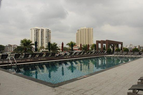 Royal Orchid Sheraton Hotel & Towers : Piscina sul Chao Phraya