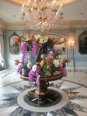Four Seasons Hotel des Bergues Geneva: Stunning flower display