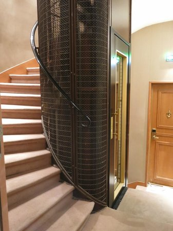 Hôtel Pas de Calais : Tiny lift & the winding stairs