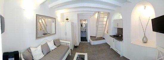 Archontiko Santorini: 房間一樓 有衣櫃 沙發 浴室 電視 流理台