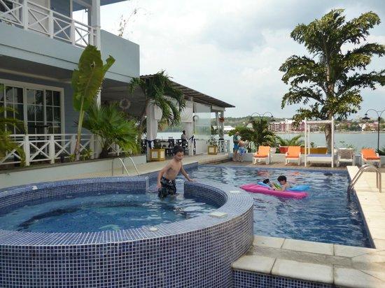 Hotel Casona del Lago: Piscina con jacuzzi y vista al lago