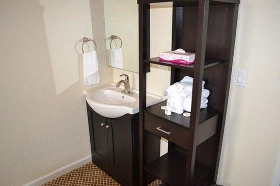 Inn On Folsom : sink inside the room