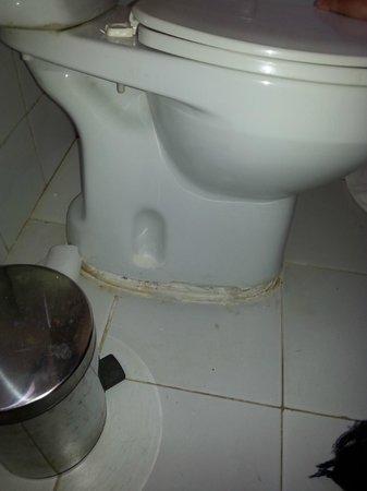 Hotel Club Kawama: Broken, Dirty Toilet