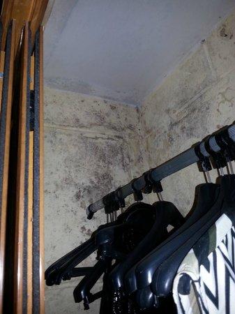 Hotel Club Kawama: Closet Mold