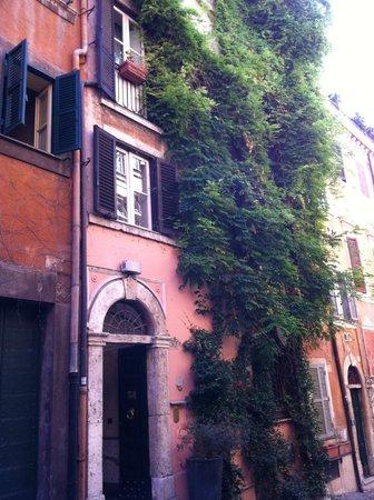 The Inn At The Roman Forum: entrée de l'hôtel depuis la rue