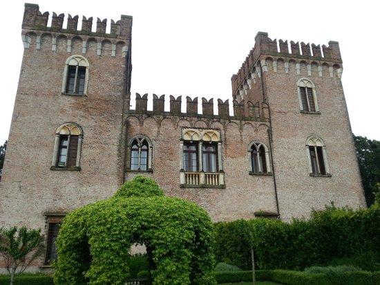 Castello Bevilacqua: lato del castello