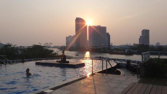 Chatrium Hotel Riverside Bangkok: vista da piscina - por do sol