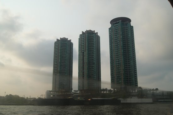 Chatrium Hotel Riverside Bangkok: vista exterior do hotel - o Chatrium é a torre mais proxima
