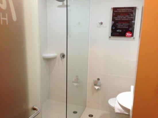 Red Planet Quezon City, Manila : shower space