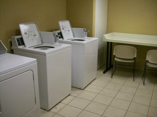 Homewood Suites Tampa Brandon: Laundry Room in Hotel