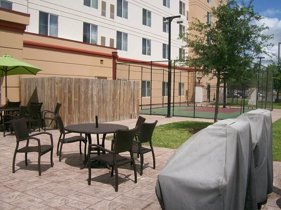 Homewood Suites Tampa Brandon: Outdoor Basketball Court And Patio Seating